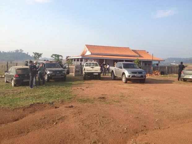 Polícia Civil durante buscas na propriedade da família desaparecida (Foto: Eliete Marques/G1)