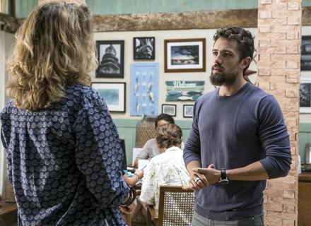 César sugere que Ana Clara procure um psiquiatra para Carol e indica Massao para a função