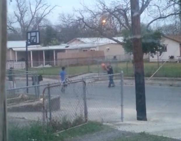 Mãe flagrou policial jogando basquete com garoto em San Antonio, nos EUA (Foto: Reprodução/Facebook/Monica Aguirre)