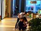 Giba se atrapalha e derruba compras durante passeio em shopping no Rio