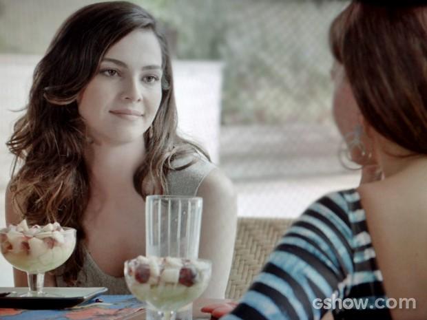 Marina faz proposta para Clara (Foto: Em Família/ TV Globo)
