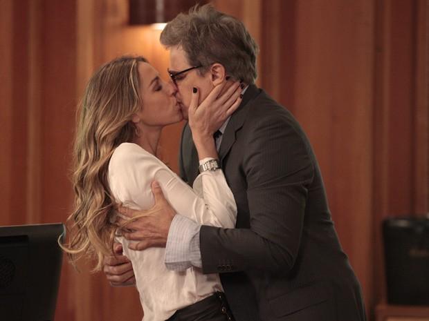 Felipe entra no escritória e Vânia lhe tasca um beijão (Foto: Guerra dos Sexos / TV Globo)