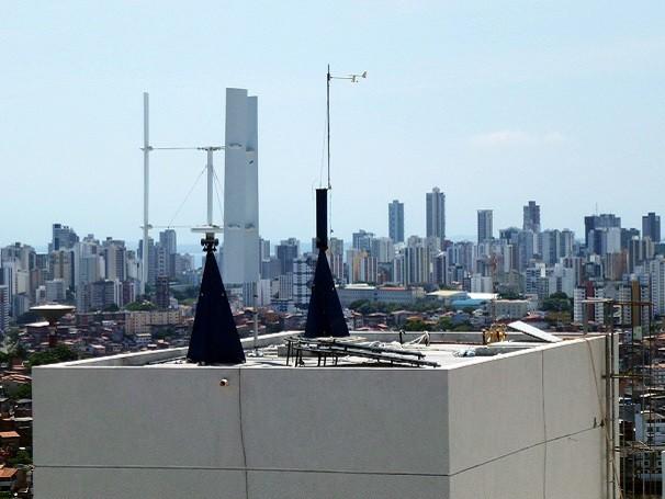 Menores, mais silenciosas e podendo receber vento de todas as direções, os aerogeradores verticais são uma opção de geração de eletricidade limpa e renovável nas grandes cidades (Foto: Divulgação/ Enersud)
