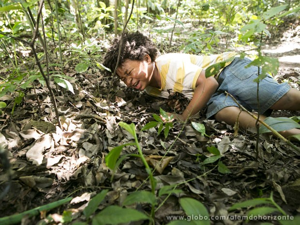 O menino chora e pede socorro (Foto: Além do Horizonte/TV Globo)