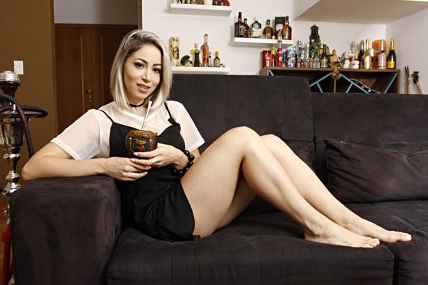 Carol Narizinho toma um chimarrão na sala de sua casa (Foto: Celso Tavares/EGO)