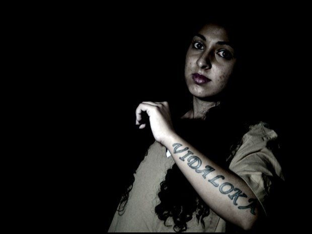 Camila Viana Gallindo mostra tatuagem na Penitenciária de Mogi Guaçu (Foto: Reprodução EPTV)