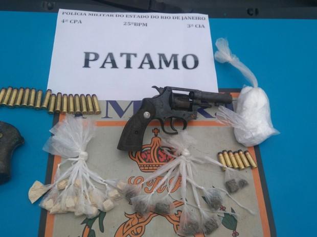 Arma, droga e munições foram apreendidas (Foto: Divulgação/PM)