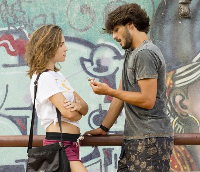 Flávia fica impressionada com a criatividade de Roger (Foto: Tata Barreto/TV Globo)