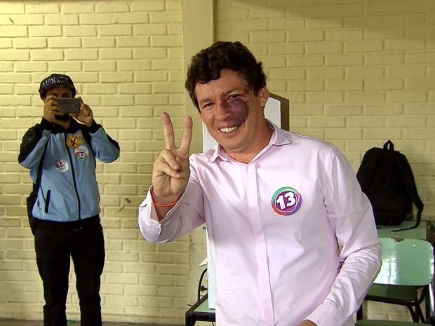 Candidato à Prefeitura de Belo Horizonte Reginaldo Lopes (PT) vota em escola no bairro Ouro Preto (Foto: Reprodução/TV Globo)