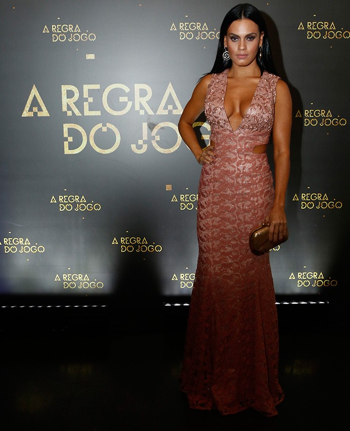 Uau! Letícia Lima exibe corpasso em vestido nude decotado, com recortes nas laterais (Foto: Raphael Dias/Gshow)