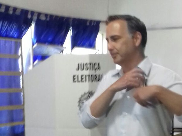 Candidato a prefeito Pedrossian Filho vota em Campo Grande (Foto: Ellen Rocha/TV Morena)
