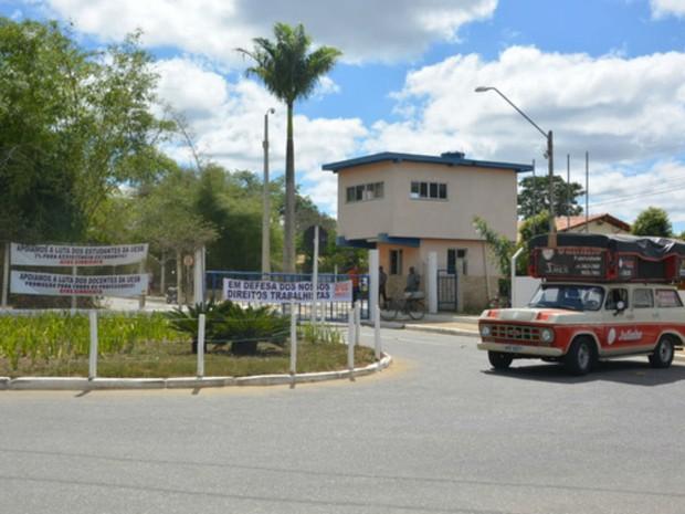Servidores administrativos da UESB paralisaram as atividades nesta segunda-feira (Foto: Blog do Anderson)