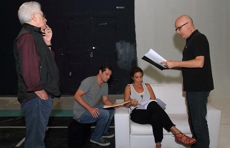 Aguinaldo SIlva, autor de 'Fina estampa' e do filme baseado no personagem, observa os trabalhos Francisco Patrício / Divulgação