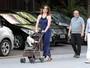 Claudia Raia leva sua cadelinha para passear em carrinho tipo de bebê
