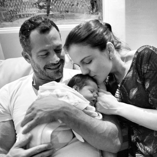 Kyra Gracie e Malvino Salvador com a pequena de Ayra (Foto: Instagram/ Reprodução)