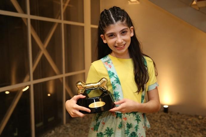 Luana nos bastidores do 'Domingão do Faustão' com o prêmio (Foto: Carol Caminha/Gshow)
