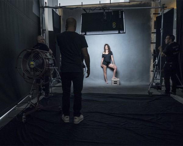 Penélope Cruz nos bastidores do Calendário Pirelli 2017 (Foto: Divulgação Calendário Pirelli)