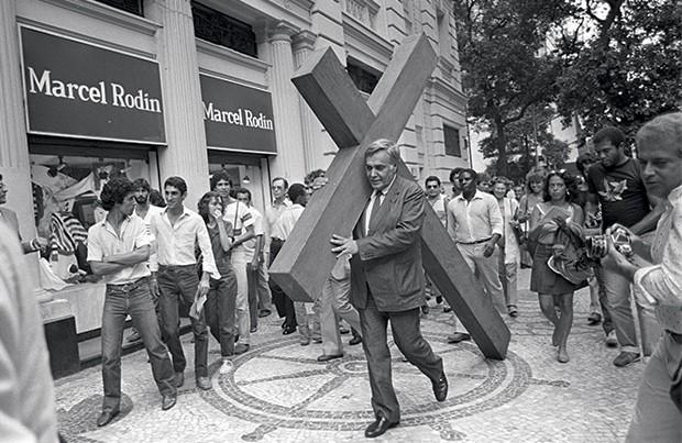 2 Carregando uma cruz, numa de suas performances midiáticas  quando vereador (Foto: acervo Denilson Monteiro  e acervo Aloísio T. de Carvalho)