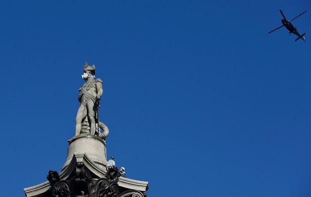 Greenpeace pôs máscara em estátua para criticar poluição em Londres (Foto: Toby Melville/Reuters)