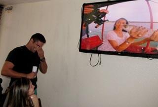 Emocionado, Helder Vilela chora ao ver estreia do programa (Foto: Katylenin França)