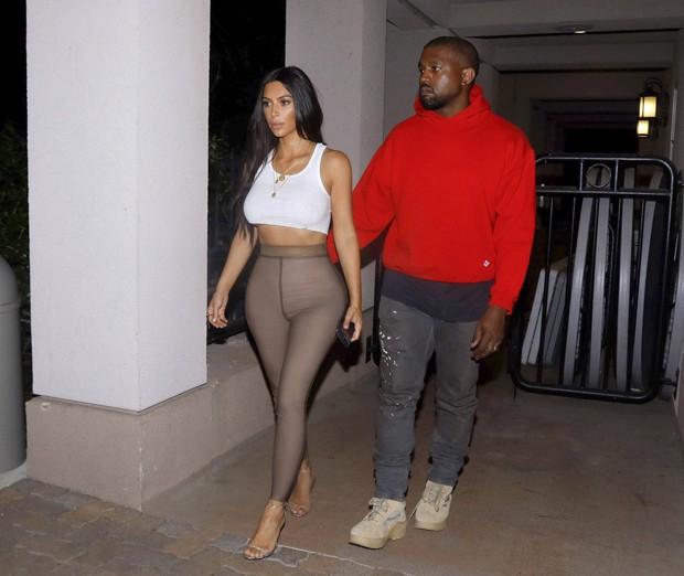 Sem sutiã, Kim Kardashian vai ao cinema com Kanye West na Califórnia
