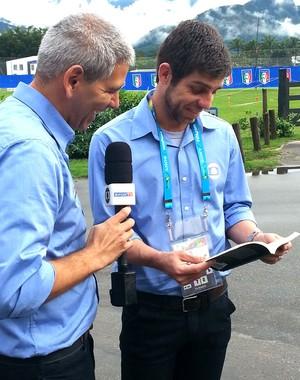 Juninho Pernambucano lendo biografia de Pirlo (Foto: Carlos Augusto Ferrari)