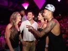 Dentinho e Dani Souza curtem show de Thiaguinho com Mirella Santos