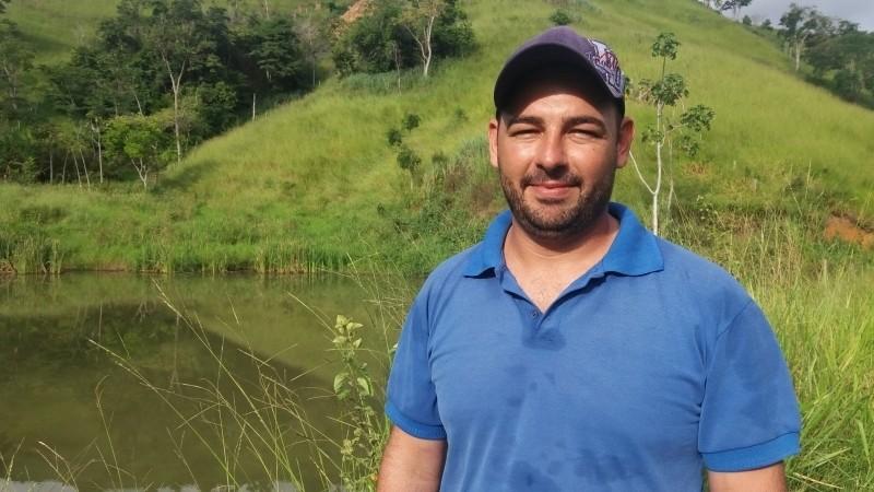 O produtor rural de Córrego Senador, em Colatina, Dioner Meneses Fornaciari, 31 anos, tem duas nascentes que estão no projeto de revitalização (Foto: Brunela Alves/ A Gazeta)