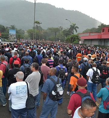 Trabalhadores se reúnem diante da unidade da Usiminas em Cubatão para protestar contra fechamento e demissões (Foto: Marcos Senhorães/Sindicato dos Metalúrgicos)