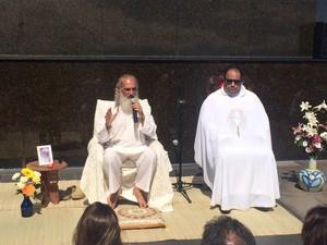Sri Prem Baba conduziu a cerimônia ao lado do Padre Omar no Cristo Redentor, no Rio (Foto: Matheus Rodrigues/ G1)