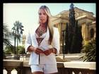 Adriane Galisteu usa look branco, decotado e curtinho em gravação