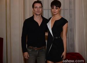 O casal de namorados apostou no look preto (Foto: Raphael Dias / TV Globo)