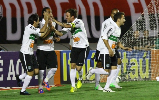 Jogadores do Coritiba comemoram gol contra o Atl&#233;tico-GO (Foto: Raphael Brauhartd / Divulga&#231;&#227;o Coritiba)