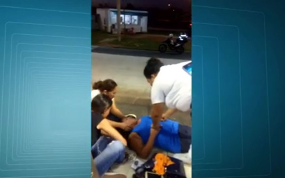 Mulher fica 1h43 esperando por atendimento deitada no chão do terminal Alvorada (Foto: Reprodução / TV Globo)