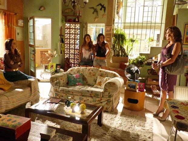 Lurdinha e Rayanne deixam Wanda em maus lençóis diante de Helô (Foto: Salve Jorge/TV Globo)
