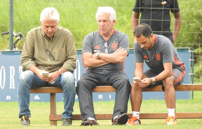 Godinho, Plínio Serpa Pinto e Rodrigo Caetano acompanham o treino (Foto: Fred Gomes/GloboEsporte.com)