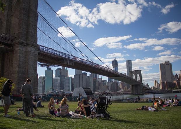 Frequentadores aproveitam o Brooklyn Bridge Park (Foto: Derrick Troyer/Divulgação)
