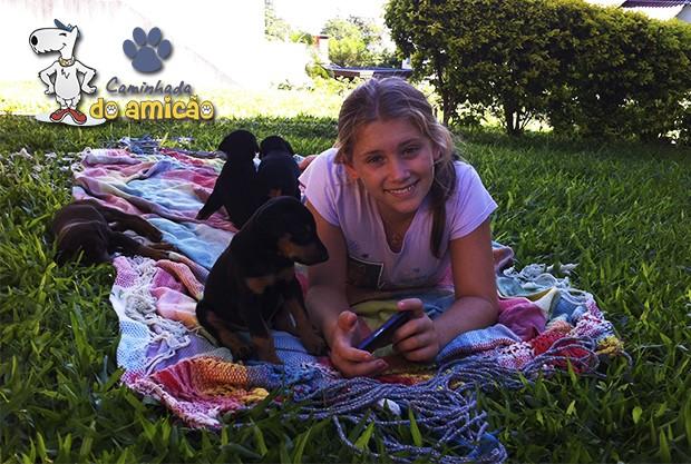 Foto de Luiza com os filhotes, enteada da funcionária Carla Simon (Foto: Carla Simon)