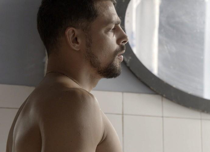 Juliano vê Belisa tomando banho (Foto: TV Globo)