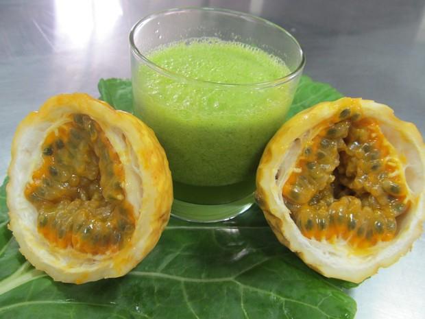 Suco refrescante leva 1 maracujá, 1 folha de couve, 200 ml de água e pode ser adoçado com mel. (Foto: Fabiana De Mutiis/G1)