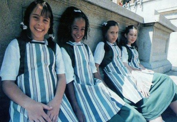 Guisele Frade, Aretha Oliveira, Francis Helena e Fernanda Souza com os primeiros uniformes de 'Chiquititas' durante gravação de clipe no Museu do Ipiranga (Foto: Reprodução)