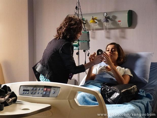 Tábata ajuda Amora a se maquiar para parecer abatida (Foto: Sangue Bom/TV Globo)