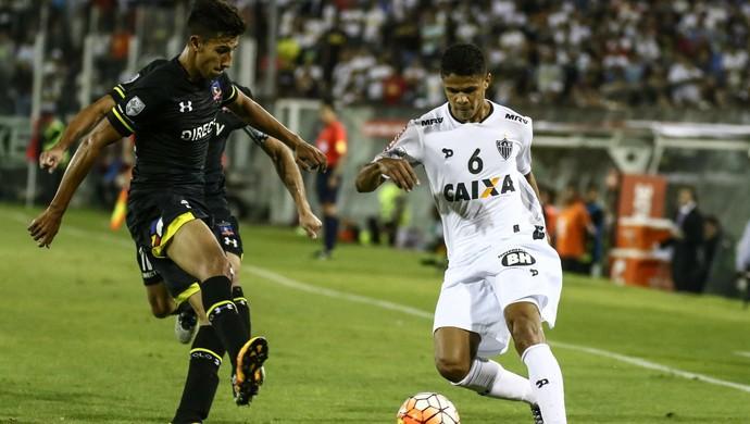 Douglas Santos, lateral do Atlético-MG, disputa bola com jogadores do Colo-Colo (Foto: Bruno Cantini/ Flickr Atlético-MG)