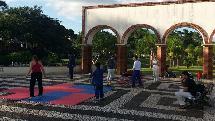 0ec8d62bb Atletas montam tatame na praça em frente ao Terminal Urbano da capital do  Acre (Foto