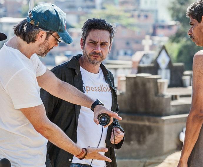 Alexandre Nero escuta as orientações do diretor Paulo Silvestrini (Foto: Artur Meninea / Gshow)