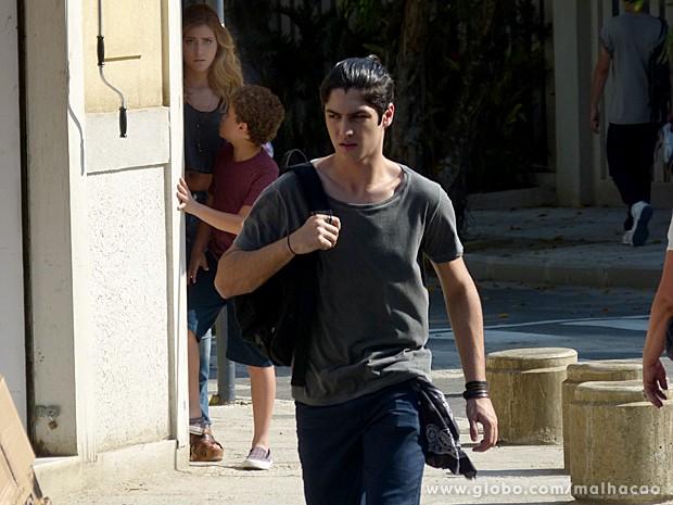 Pedro consegue convencer Sofia a ir atrás de Antônio pela rua (Foto: Malhação / TV Globo)