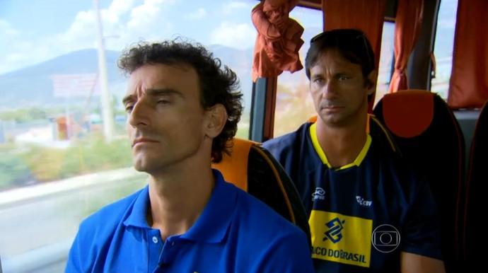 Emanuel e Ricardo no ônibus na Grécia (Foto: Reprodução TV Globo)