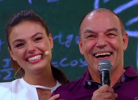 Isis Valverde é surpreendida pelo pai, e Claudia Leitte reencontra antiga professora na TV