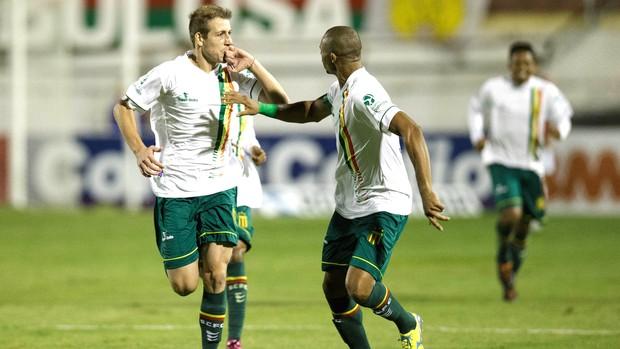 Uillian Corrêa Comemora gol do Sampaio Corrêa contra a Portuguesa (Foto: Marcelo Machado de Melo / Agência estado)