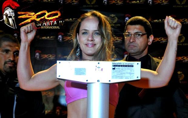 Capixaba Carina Damm na pesagem do 300 Sparta IV (Foto: InkaFC.com)